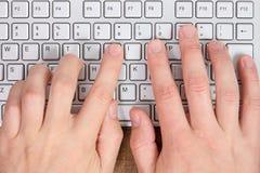 键入在键盘的手 免版税库存图片