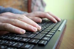 键入在键盘的文本 库存图片