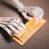 键入在键盘的机器人 免版税库存照片