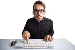 键入在键盘的被集中的商人 免版税库存图片