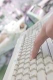 键入在键盘的医生在患者病区里 免版税库存图片