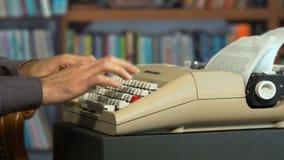 键入在typewrting在一个老图书馆MF里的葡萄酒 股票视频
