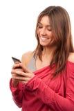 键入妇女的移动电话移动发送的sms 免版税库存照片