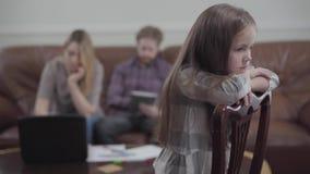 键入年轻女人Blured的形象在工作她的膝上型计算机和有胡子的人在他的片剂在背景 哀伤的一点 股票录像