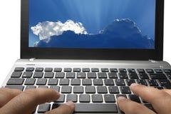 键入的膝上型计算机键盘云彩计算的服务 库存照片