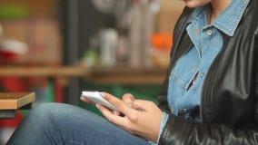 键入的sms消息在公共场所,女性手接触电话 影视素材