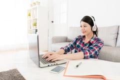 键入移动计算机的女性大学生 免版税库存图片