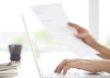 键入笔记的女商人手对计算机 库存照片