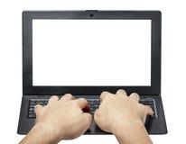 键入膝上型计算机键盘正面图的男性手被隔绝 免版税库存照片