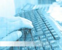 键盘、人的手和二进制编码04.07.13 免版税库存照片