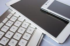 键盘、片剂和巧妙的电话 库存图片
