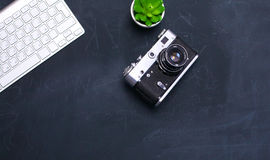 键盘、老鼠和照相机在一张黑桌上说谎 图库摄影