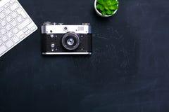 键盘、老鼠和照相机在一张黑桌上说谎 库存图片