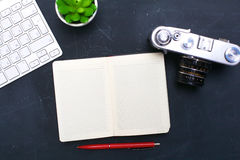 键盘、老鼠和照相机在一张黑桌上说谎 免版税库存图片