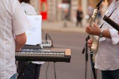 键盘乐器演奏家和吉他演奏员 库存照片