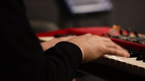 键盘合成器和音乐家手 股票录像