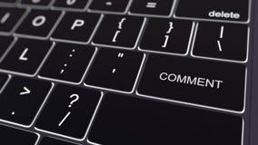 黑键盘和发光的评论钥匙 3d概念性翻译 免版税库存照片
