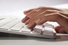 键盘和手 免版税库存照片