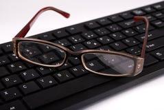 键盘和玻璃在办公桌 3d概念照片被回报的工作 免版税库存照片