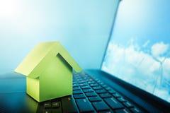 键盘和风力植物的温室显示器的 聪明的房子,生态力量,不动产,可再造能源concep 免版税库存照片