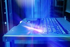 键盘控制计算机主机终端抽象发出光线闪光 免版税库存照片