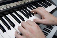 键盘演奏者 免版税库存照片