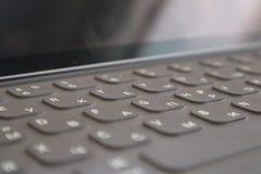 键盘用片剂的俄语 使用英国和俄国信件的键盘设计图 库存照片