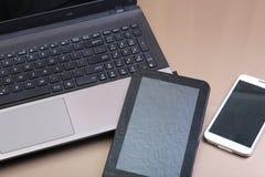 键盘的图片有说谎在它上的电话和片剂的 免版税库存照片