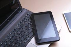 键盘的图片有说谎在它上的电话和片剂的 免版税库存图片