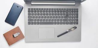 键盘膝上型计算机,智能手机,钱包,笔, usb在白色背景的闪光驱动 做自由职业者的概念 顶视图 库存照片