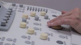 键盘超生波检查法医疗设备,医生按按钮 股票视频