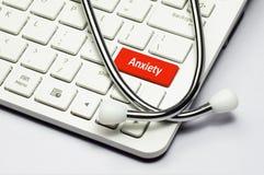 键盘,忧虑文本和听诊器 免版税库存图片