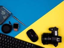 键盘,照相机,老鼠,手表,笔,阻塞了纸 免版税库存照片