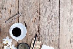 键盘,老鼠,加奶咖啡杯子,白皮书企业对象, 库存图片