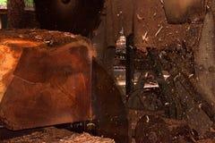 锯切口通过做木板条的大日志 免版税图库摄影