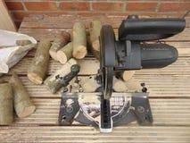 锯和木头 免版税库存照片