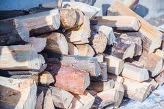 锯成木,在雪日志的谎言 免版税库存图片