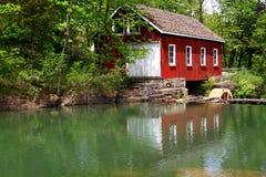 锯木厂和水坝历史大厦。 免版税库存照片