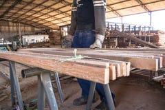 锯木厂的工作者 免版税库存图片