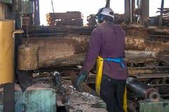 锯木厂的工作者 免版税库存照片