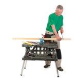 锯架子的建筑工人 免版税图库摄影