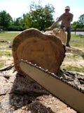 锯移动工作者的日志伐木工人 图库摄影