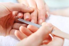 锯美容师的钉子一名妇女 库存照片