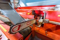 锯cloe 砍的木柴机器 木柴处理器在大仓库里 免版税图库摄影