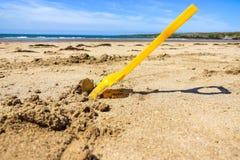 锹玩具,威尔士英国海滩 免版税库存照片
