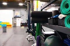锻炼席子和填塞在架子 免版税库存照片