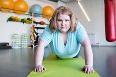 锻炼的有动机的肥胖妇女 库存照片