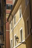 锻铁和玻璃灯罩典雅的街道灯笼  免版税库存照片
