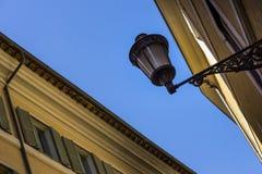 锻铁和玻璃灯罩o美丽的街道灯笼  免版税库存图片