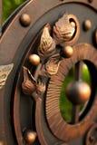 锻铁篱芭门的特写镜头装饰品 免版税图库摄影